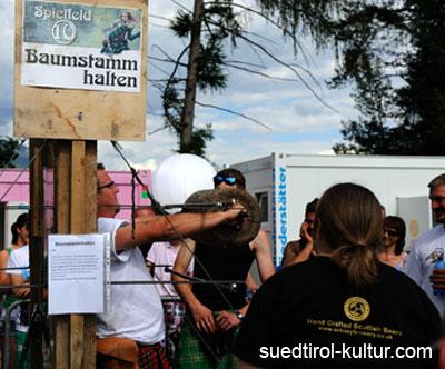 Baumstamm halten Highland Games