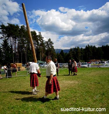 Baumstamm werfen Highland Games