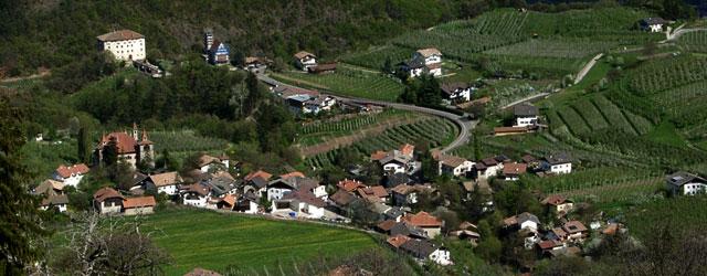 Prissian, 610 m.ü.d.M. im Tisner Mittelgebirge gelegen wird bereits zur Römer- bzw. Langobardenzeit erwähnt (Prissianium). Zahlreiche Burgen und unter Denkmalschutz stehende Ansitze zeugen von der Vorliebe des Adels für diese […]